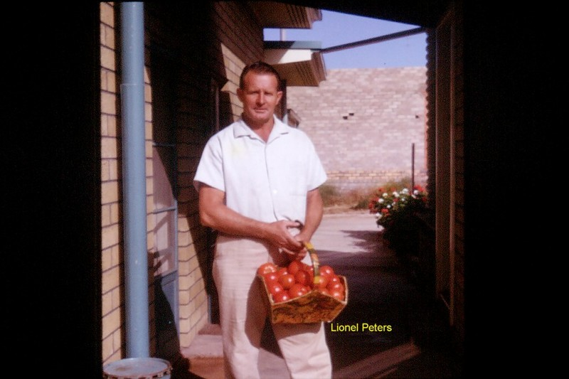 Lionel_peters_with_tomatoes